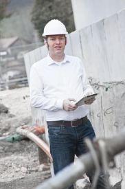 Bausachverständiger Draxl auf Baustelle bei Schadensaufnahme nach Bauschaden